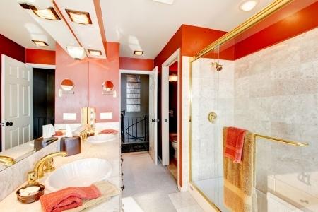 Lyxigt badrum i rött och vitt