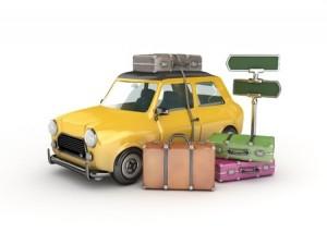 Många resväskor i en liten bil
